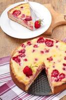 fransk paj (quiche) med jordgubbar foto