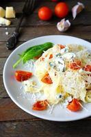 pasta med ost och rostad tomat foto