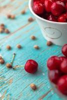 söt körsbär i skål på det rustika bordet foto
