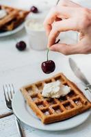 frukost med fullkornsvaflor och vispad grädde foto