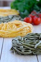 italienska ingredienser: tagliatelle pasta foto