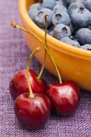 körsbär och blåbär foto