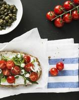 vegetarisk smörgås med körsbärstomat foto