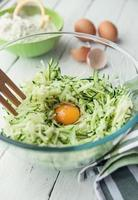 ingredienser för zucchinipannkakor foto