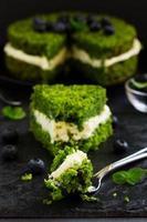 vacker grön kaka med spenat och smörkräm. turkiska köket. foto