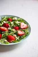 sallad med ruccola, jordgubbar och ost foto