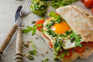 ciabatta med stekt ägg, tomater och pesto