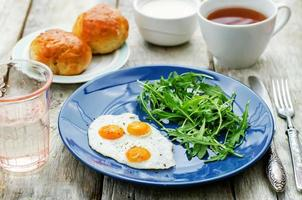 färsk frukost med äggröra och rucola foto