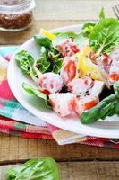 färsk sallad med paprika, tomater med grekisk yoghurt foto