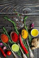 kryddor över träbakgrund foto