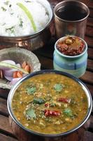 palak tuvar dal är en kryddig spenat och linspreparat foto