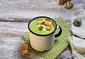 grön broccoli gräddsoppa med krutonger foto