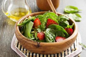 lätt sallad med spenat och jordgubbar. foto