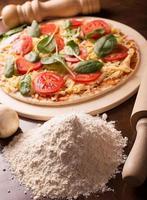 rå italiensk pizza med korv foto