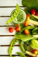 färska grönsaker och gröna smoothies. toppvy foto