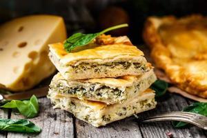 hemlagad paj fylld med ost och spenat foto