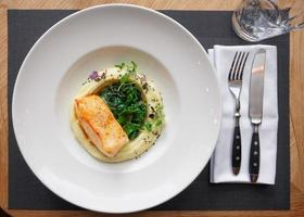 stekt fiskfilé med potatismos foto