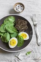 hälsosamt mellanmål - färsk spenat och ägg foto