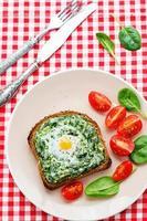 smörgås bakad med spenat, gräddost och ägg foto