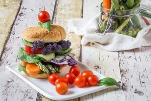 vegansk hamburgare med färska grönsaker foto