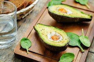 avokado bakad med ägg foto