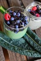 grön smoothie med blåbär. hälsosam mat foto