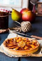 rund äppelterta med päronsylt och karamell, vertikalt foto