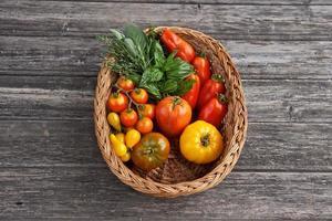 korg med färgglada grönsaker foto