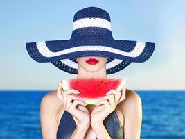 ung dam till sjöss med vattenmelon foto