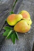 färska päron på träytan foto