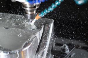 cnc, maskinbearbetning av fräsning av metall för att göra mögel. foto