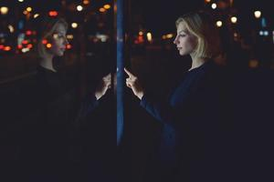 kvinna verifierar kontosaldo på bankapplikationen via enhetsikonen foto