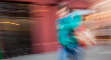 ung man pratar i en mobiltelefon foto