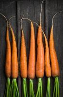 färska unga morötter foto