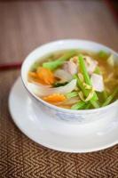 kambodjansk grönsakssoppa med fisk foto