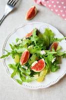 läcker hälsosam sallad med fikon foto