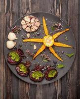 rostade grönsaker: morötter, rödbetor, broccoli, kål, vitlök foto