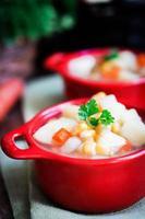 kycklingnudelsoppa med grönsaker i skål på det rustika bordet foto
