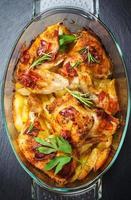 bakad kyckling på potatis foto