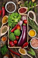 ekologiska grönsaker och kryddor foto