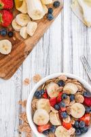 hälsosam frukost (cornflakes med frukt) foto