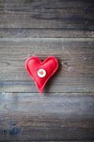 rött tyghjärta på träbakgrund foto