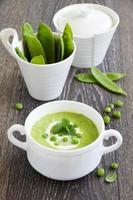 puré soppa unga gröna ärtor. foto