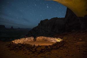 falsk kiva på natten med stjärnhimmel foto