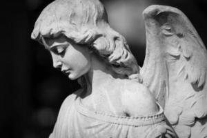 ängelstaty på kyrkogården