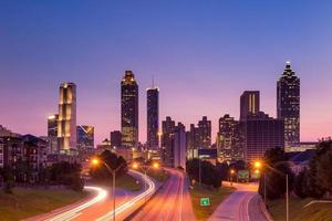Atlanta skyline under skymningen foto