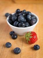 blåbär och jordgubbar foto