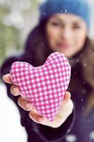 flicka med hjärta foto
