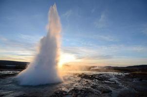 geyser strokkur på Island foto