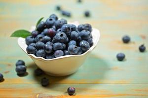 blåbär i salladskål foto
